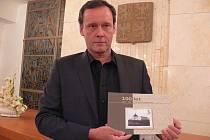 V obřadní síni kroměřížské radnice ve středu 14. prosince 2011 slavnostně pokřtili novou knihu 100 let Kroměřížské nemocnice.
