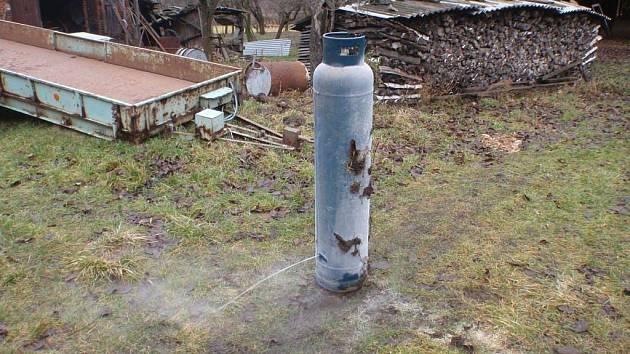 Únik plynu z tlakové lahve u domu v Chvalčově.