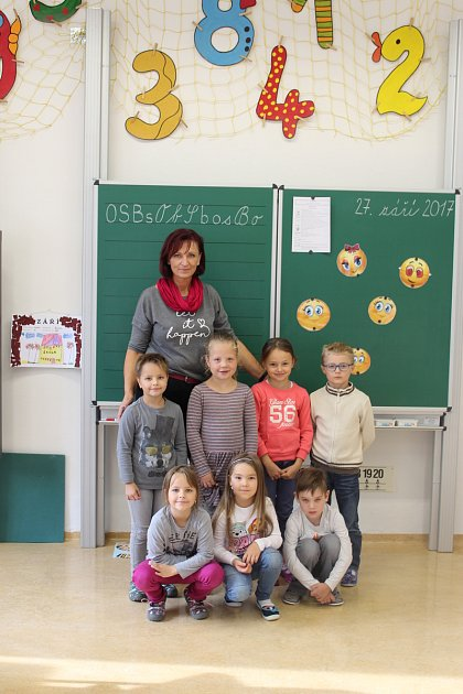 Třída dětí zletošní první třídy Základní školy Přílepy spaní učitelkou Mgr. Alicí Kučerovou