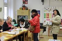 Do jedné kroměřížských volebních místností, umístěné v prostorách tamní Základní školy Zámoraví. chodili také během sobotního dopoledne voliči průběžně. Tamní komise tak občas měla plné ruce práce.