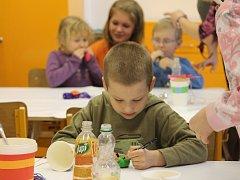 Jarní dílničky pro děti uspořádala v úterý 12. dubna 3. Základní škola v Holešově. Vytvořily si například veselého panáčka, nebo krásnou knižní záložku.