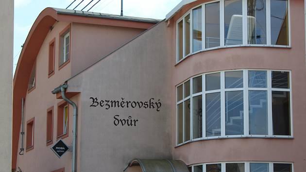 V penzionu Bezměrovský dvůr došlo ve čtvrtek 20. dubna k násilnému trestnému činu. Podle nepotvrzených informací Deníku došlo k vraždě tamní servírky.