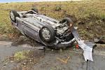 Krkolomnou nehodu zažila přímo na Štědrý den žena, která bourala v obci Olšina: dobrý vánoční skutek si přitom připsal řidič autobusu, který náhodou projížděl kolem a vyprostil ji z vraku.