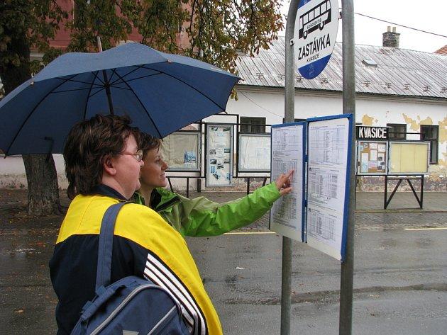 Od 15. září 2008 kvůli revitalizaci náměstí Antoše Dohnala v Kvasicích najdou cestující autobusové zastávky na jiném místě.