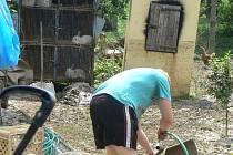 Lidé v obcích na Kroměřížsku včera pokračovali v úklidu spouště, kterou u nich nadělala ve čtvrtek 14. černva  velká voda.