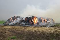 Požár stohu slámy museli v úterý 3.5. řešit hasiči nedaleko Němčic ve směru na Rymice: po dohodě s majitelem jej nakonec nechali vyhořet.