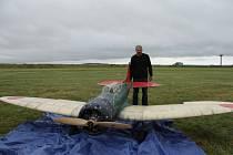Modelář Miloš Belada sestavil model letadla o váze 70 kilogramů