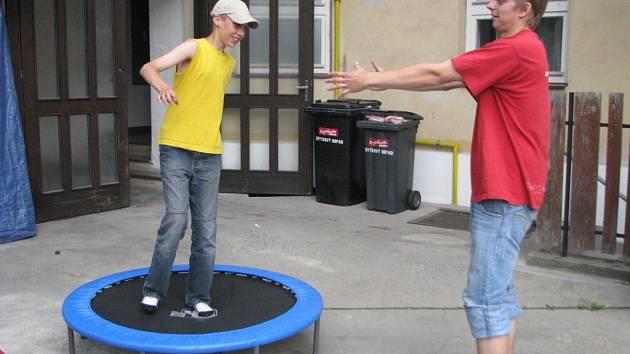 V kroměřížském nízkoprahovém volnočasovém zařízení se v úterý 16. června 2009 konala soutěž o nejlepšího skokana na trampolíně