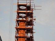 Čápi na opraveném komíně v Holešově