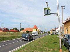 Rychlost řidičů hlídá nově v Jarohněvicích při vjezdu do obce měřič rychlosti s kamerou.