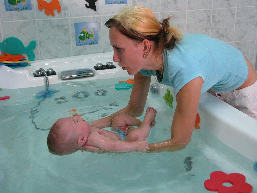 V kroměřížském kojeneckém a těhotenském centru probíhá v těchto dnech třetí intenzivní kurz plavání kojenců. Znamená to, že přes prázdniny sem chodí maminky s miminky každý den.