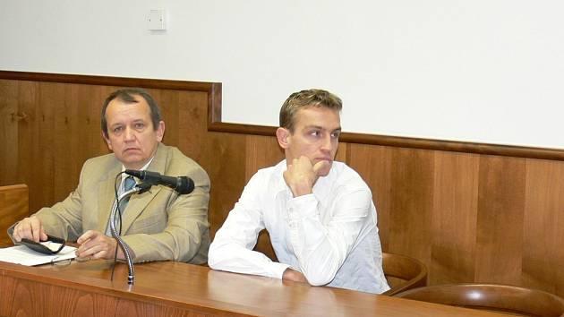 USPĚL. Policista Michal Hýža (na snímku vpravo) si včera oddechl. Kroměřížský soud ho zprostil obžaloby, za únik fotek mrtvé ženy nemůže.