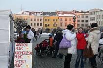 Kroměřížská radnice se rozhodla uspořádat městské trhy. Na stáncích je k dostání tradiční punč i řemeslné výrobky.