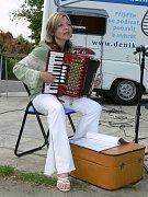 Vystoupení Koryčanské mateřské školky oživila hrou na harmoniku jedna z učitelek.