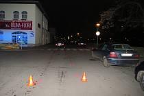 Dopravní nehodu, při níž utrpěla lehčí zranění chodkyně, museli v neděli 8. ledna krátce před šestou hodinou večer řešit policisté a záchranáři v Kroměříži na křižovatce ulic Švabinského nábřeží, Wolkerova a Stoličkova.