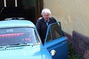 Josef Petřík ze Sobělic na Kroměřížsku vlastní veterána Ford Cortinu z roku 1963.