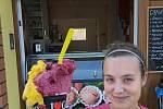 Zmrzlinář Michal Říha vyrábí v Pravčicích italskou zmrzlinu. Na snímku brigádnice Denisa Kozlanská.
