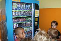 Děti na základní škole Komenského v Kroměříži si kupují svačiny v automatu: ministerstvo školství hodlá podobná zařízení se zdravým občerstvením prosadit do více škol v Česku.