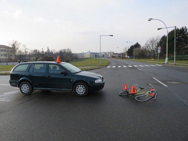 Krátce po půl deváté ráno došlo v neděli na křižovatce ulic Na Lindovce, Koperníkova a Odbojářů v Kroměříži k dopravní nehodě: lehké zranění při ní utrpěla osmapadesátiletá cyklistka.