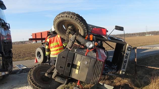 """Před osmou hodinou ráno vyjížděli v pátek dopravní policisté k nehodě, která se stala na tříramenné křižovatce mezi Chropyní a Skašticemi. """"Jednačtyřicetiletý řidič traktoru s přívěsem jel od Chropyně a v křižovatce chtěl odbočit vlevo k zemědělské firmě,"""