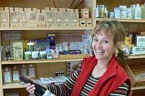 JAK ASI CHUTNÁ? Alena Kozáková ukazuje jedno z biovín z prodejny zdravé výživy v Kroměříži.