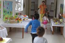 Jarní výstavu barevné jaro připravily učitelky s dětmi v Mateřské škole Mánesově v Kroměříži.