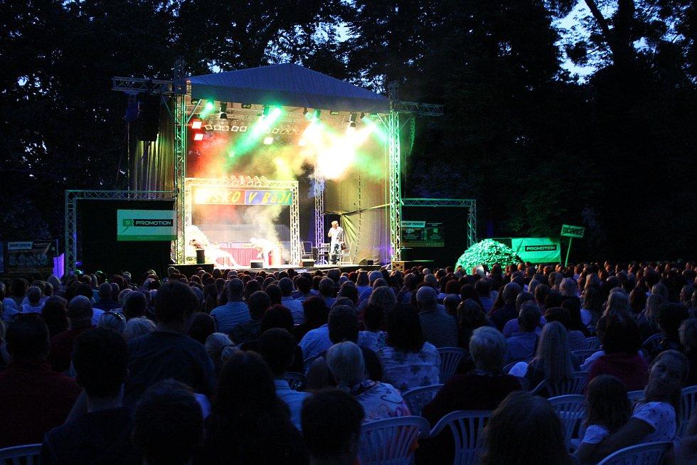 Podzámecká zahrada  posloužila jako kulisa při dalším hudebním vystoupení z cyklu Kultura pod hvězdami.