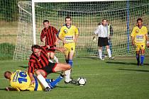 Fotbalisté Záhlinic (v pruhovaném) na podzim doma podlehli Žeranovicím 1:2.