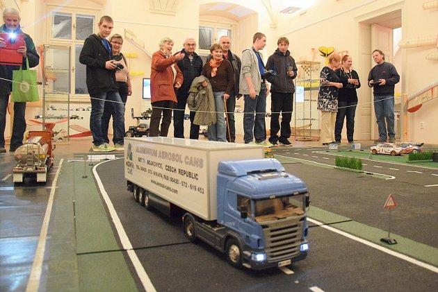 Poslední ukázku RC modelů aut v akci si připravili na první lednovou sobotu pořadatelé na zámku v Holešově.