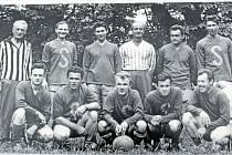 HOŠTICE, FOTBALOVÝ TÝM. I v Hošticích se muži oddávali fotbalu, a to jak pasivně, tak samozřejmě i aktivně. Na snímku jsou zachyceni muži v roce 1966.