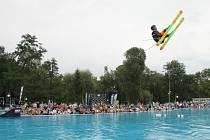Skoky na lyžích do bazénu v Hulíně
