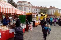 Letos naposled se v Kroměříži v sobotu 14. října konaly farmářské trhy: na tamním Hanáckém náměstí zahrála cimbálová hudba od Vinotéky ve dvoře, vystoupila také soukromá hudební škola D-Music, pro děti byl připraven skákací hrad a pohádkové představení v
