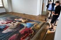 Plátno zobrazující vraždu svatého Václava od Antona Pettera o rozměru bezmála 45 metrů čtverečních leželo 160 let na půdě Arcibiskupského zámku v Kroměříži. Obraz teď čeká restaurování a pak poputuje do kostela v Opavě.