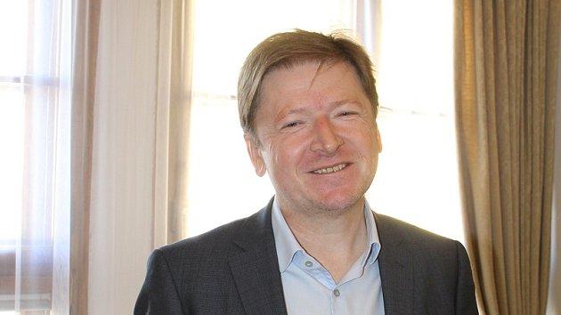 Spokojený starosta Jaroslav Němec zvítězil v letošních volbách a jedná o vzniku nové koalice.