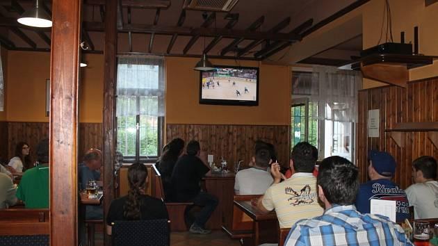 Na hokejové semifinále Česko – Finsko dorazily fandit českému týmu do restaurace v Koryčanech desítky lidí.