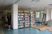 Příprav na rekonstrukci podlahy se v knihovně Kroměřížska zhostili samotní zaměstnanci za pomoci brigádníků tamních technických služeb.