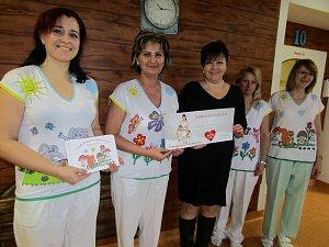 Patnáct takzvaných veselých triček získalo dětské oddělení kroměřížské nemocnice. Už podruhé je pro zařízení vytvořila návrhářka Marie Zelená.
