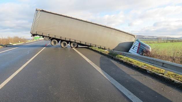 Náledí na Kroměřížsku potrápilo během úterního rána mnoho řidičů: čtyři z nich dokonce havarovali. Ke třem nehodám vyjížděli policisté do Žalkovic, za další pak k Hulínu.