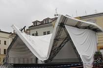 Střecha tribuny, která se 25. června 2013 zřítila na Velkém náměstí v Kroměříži