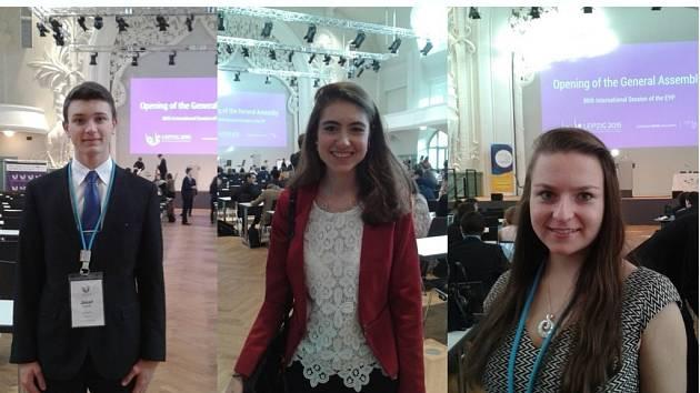 Trojice studentů Arcibiskupského gymnázia Kroměříž (Anna Hovorková, Kamila Zahradníčková a Josef Kvapilík) uspěla na 80. mezinárodním setkání Evropského parlamentu mládeže v německém Lipsku.