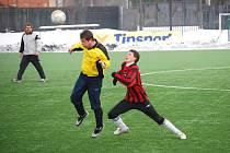 Fotbalistům Němčic (ve žlutém) musí pomáhat cizí hráči, jinak by zápasy v Hulíně ani neodehráli. Tento fakt se výrazně podepisuje pod jejich výsledky.