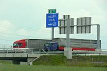 Obyvatele Hulína trápí vysoká hlučnost, která jde od dálnice R55. Vysoký provoz a smog trápí lidi, kteří bydlí nedaleko nově vystavených silnic v částech Višňovce a U Stavu. Podali proto petici, kterou chtějí docílit, aby Ředitelství silnic a dálnic v těc