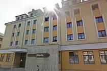 O nájmu prostor v budově číslo 520 na náměstí Míru jedná s Českou poštou radnice v Kroměříži. Státní podnik má zájem o přízemí budovy, ve kterém byla restaurace Slavia a nyní je nevyužívané.