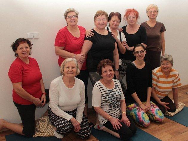 Seniorky z Kroměříže se dříve setkávaly na dopravním hřišti k pravidelnému kondičnímu cvičení, nyní si zkoušejí cvičení jógy