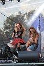 ŽÁNROVÁ ROZMANITOST. Publikum rozezpívala i zabavila Olga Lounová se svou kapelou. Předvedli, že umějí zahrát jakýkoliv žánr, ať už se jedná o metal, hip hop nebo operu.