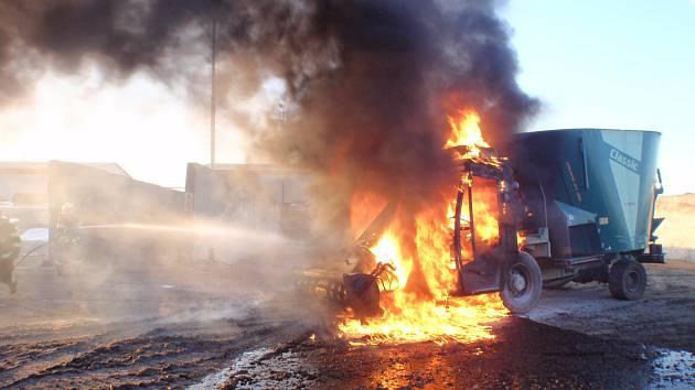 HUSTÝ KOUŘ A PLAMENY. Při příjezdu hasičů byla již přední část vozu plně zasažena plameny.
