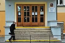 Ilustrační foto školy a školáků, snímek je z Kroměříže.