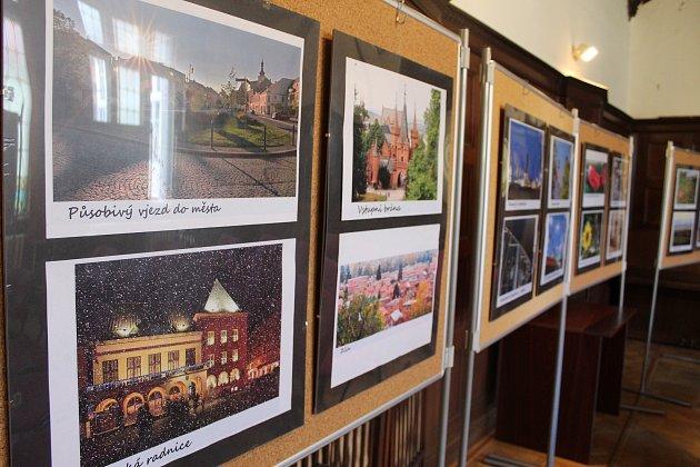Výstava s názvem Zastavení v Čase ukazuje starou i současnou tvář Holešova. V tamní městské knihovně bude přístupná až do konce ledna.