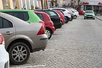 Parkování na Velkém náměstí v Kroměříži. Ilustrační foto