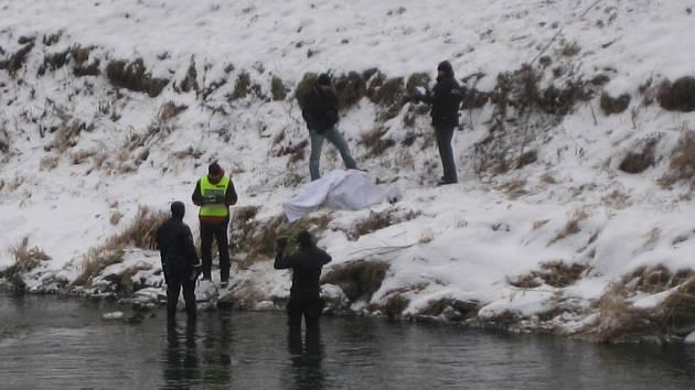 Zaklíněné lidské tělo v řece Moravě v Kroměříži u hlavního mostu zpozoroval v úterý 22. ledna během dopoledne jeden z náhodných kolemjdoucích.